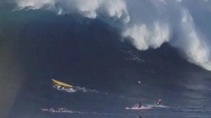 Onda gigante sui surfisti Muro d'acqua li travolge