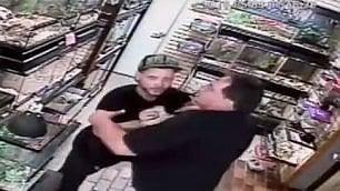 Il ladro col pitone in tasca nel negozio di animali