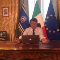 Il Codacons contro Renzi: ''Pubblicità occulta a Apple''
