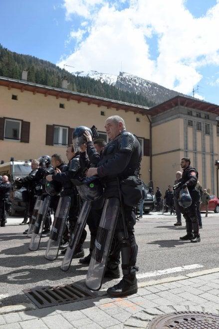Brennero, la protesta degli anarchici al confine tra Austria e Italia