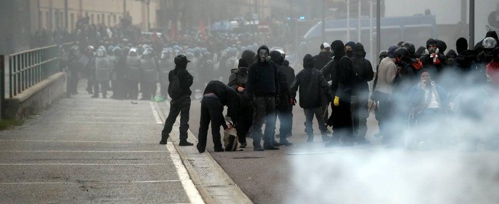 Scontri al Brennero, black bloc attaccano polizia Cinque arresti, 9 fermi e 18 agenti feriti