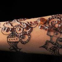 Tatuaggi: l'hennè nasconde una sostanza pericolosa. Si rischiano allergie