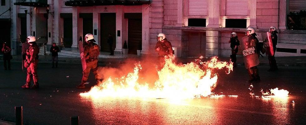 Grecia, passa la riforma di pensioni e fisco. Oggi atteso l'ok Ue a nuovi aiuti