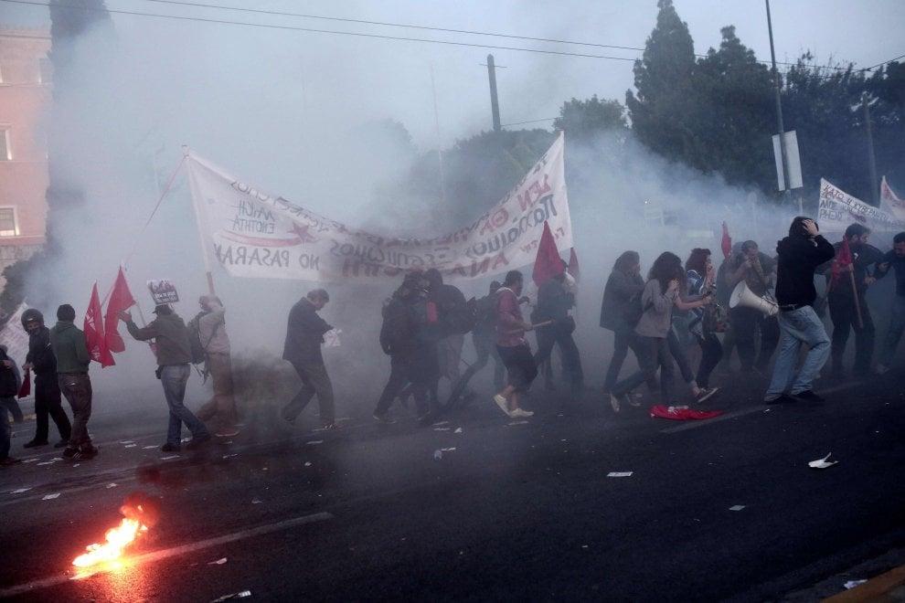 Atene, scontri tra manifestanti e polizia davanti al Parlamento