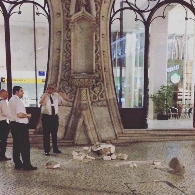 Portogallo, distrugge statua di 126 anni scattandosi un selfie:  turista a processo