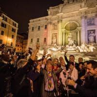 Unioni civili, esplode la festa: la Fontana di Trevi si colora di arcobaleno