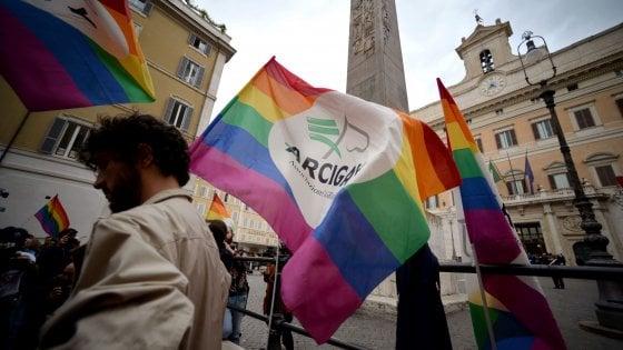 """Unioni civili, Renzi: """"Ho giurato sulla Costituzione non sul Vangelo"""""""