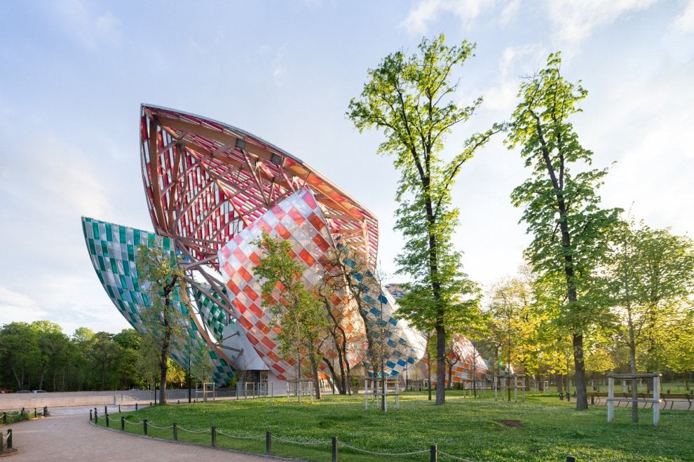La Fondation Louis Vuitton di Frank Gerhy a Parigi diventa un caleidoscopio grazie all'installazione di Daniel Buren