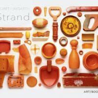 Il pantone dei rifiuti: gli oggetti abbandonati lungo 500 miglia di costa diventano arte