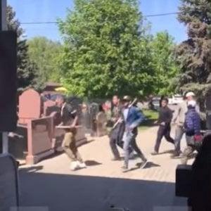 Violenti scontri a cimitero Mosca, tre vittime e 10 feriti