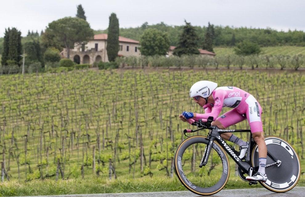 Giro d'Italia, crono sotto la pioggia: Brambilla in rosa per 1''. Ma Roglic vince sull'asciutto