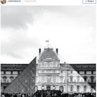 Parigi, l'artista JR fa sparire la piramide del Louvre