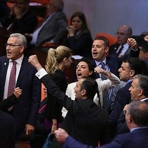 Turchia, abolita l'immunità parlamentare ai deputati filo-curdi: ora rischiano l'arresto