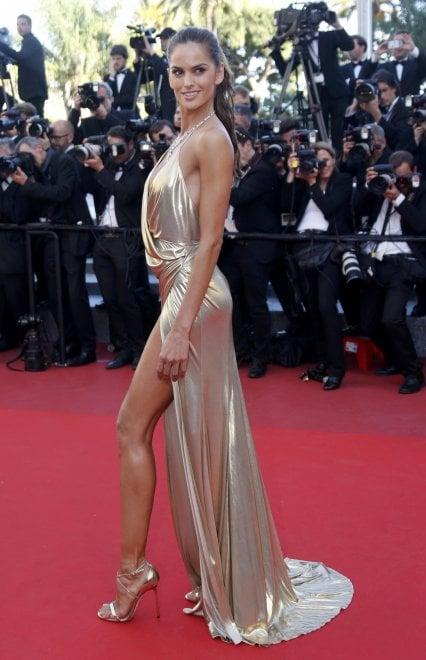 Cannes, la supermodel sfida Bella Hadid: gara di spacchi sul red carpet