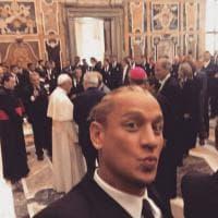 Milan e Juventus in udienza dal Papa: il selfie di Philippe Mexes con Bergoglio