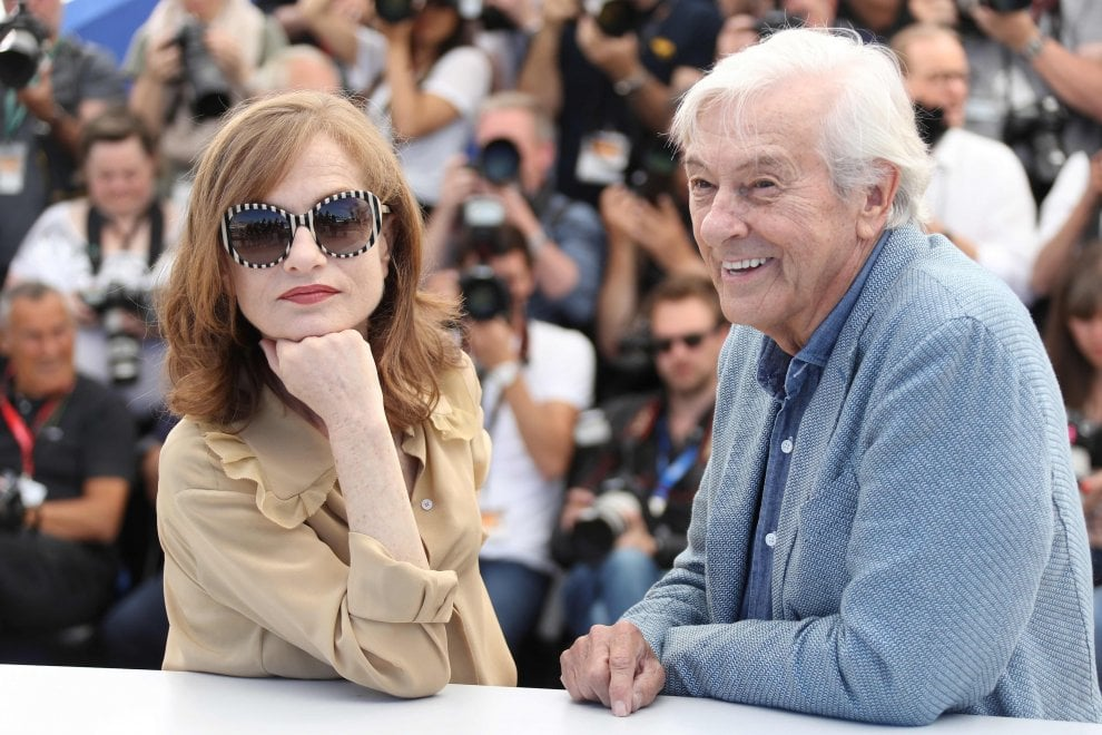 Cannes, Isabelle Huppert sulla Croisette per 'Elle' di Paul Verhoeven