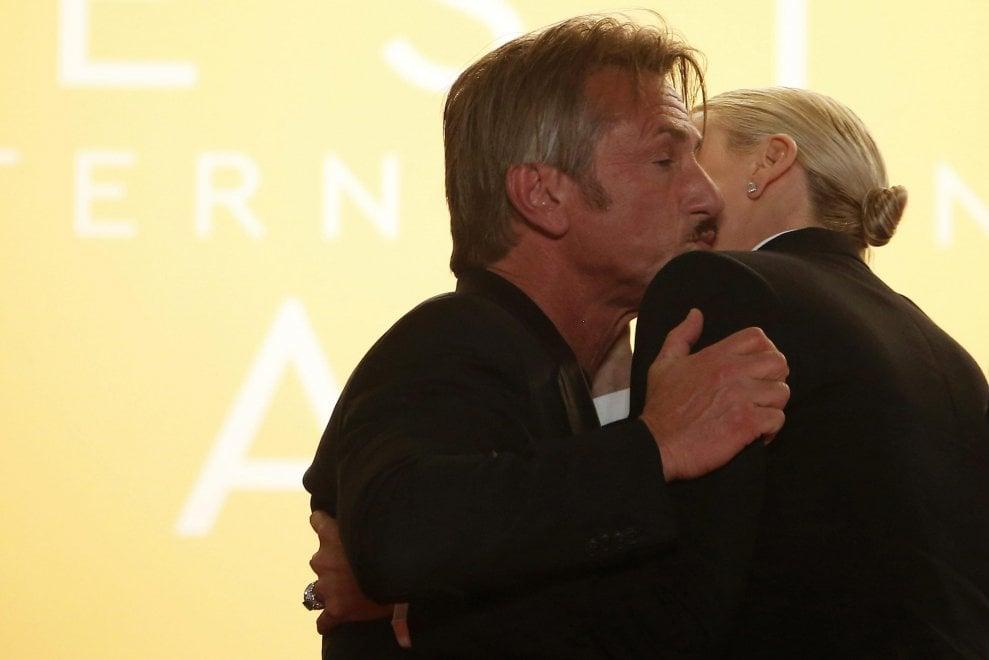 Cannes, Penn-Theron e quel bacio segreto: l'imbarazzo di essere ex