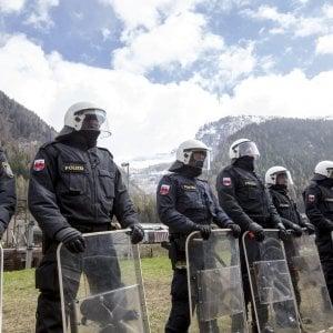 """Migranti, Austria schiera 80 poliziotti al Brennero: """"Italia non mantiene promesse sui controlli"""""""