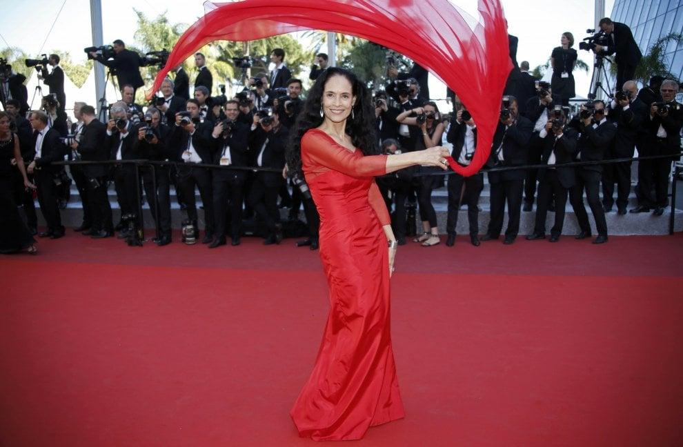 """Cannes, Sonia Braga in rosso: star di """"Aquarius"""" volteggia col foulard sul red carpet"""