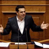 """Grecia, via libera alle ultime misure di austerità. Tsipras: """"Ancora uno sforzo, poi..."""