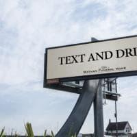 """Canada, """"Scrivete mentre guidate"""": la pubblicità delle pompe funebri è surreale"""