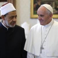 Papa abbraccia Imam di Al-Azhar: