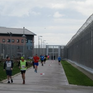 Dieci km per correre oltre il muro del carcere