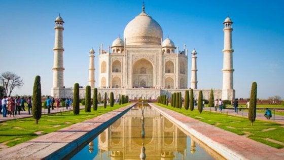 Aiuto, c'è un insetto che imbratta il mausoleo del Taj Mahal