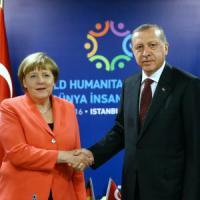 """Merkel a Erdogan: """"Rispetti la democrazia o niente visti"""""""