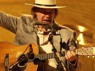 """Neil Young: """"Che rimpianti per il vinile. Oggi ascoltare non dà le stesse emozioni"""""""