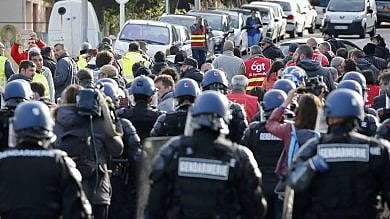 Francia, proteste contro la riforma del lavoro: la polizia sgombera raffinerie occupate