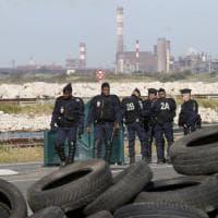 Francia, la polizia rimuove i blocchi alla raffineria di Fos-sur-Mer