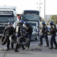 Francia, proteste contro la riforma del lavoro: la polizia sgombera raffinerie