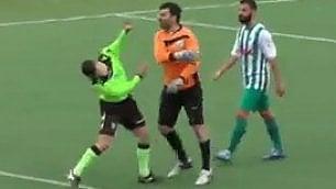L'arbitro concede un rigore  e il portiere perde la testa
