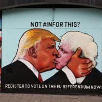 Bristol, Trump bacia Boris Johnson: a Bristol il murale anti Brexit