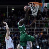 Basket, semifinale playoff: Avellino annienta Reggio Emilia, la serie va
