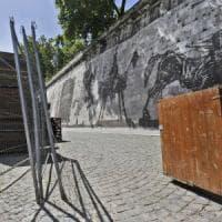 """Kentridge sugli stand davanti alla sua opera: """"Deluso ma non sorpreso, Roma è nel caos"""""""