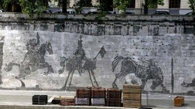 """Roma, bancarelle davanti a Kentridge  """"Un finto murale sul retro degli stand""""   foto"""