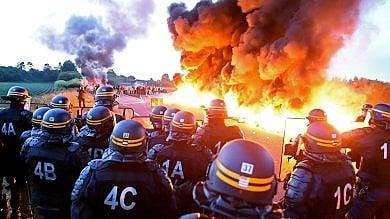 """Francia, altro blitz per liberare raffinerie """"Lo sciopero intacca le riserve di petrolio"""""""
