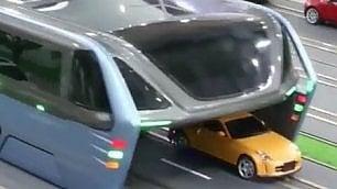 Rivoluzione nei trasporti Il bus passa sopra le auto