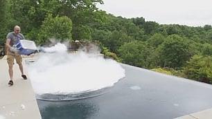 Ghiaccio secco nella piscina L'infinity pool si trasforma