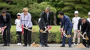 G7, i leader del mondo col badile Piantano alberi nel tempio    foto