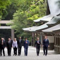 G7 in Giappone, Renzi tra gli altri leader mondiali: la visita al tempio e il vertice