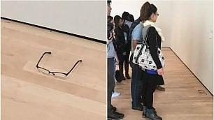 Appoggia occhiali in un museo Li scambiano per un'opera d'arte