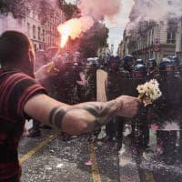 Francia, fiori contro i poliziotti: l'altro lato della protesta