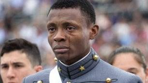 Nelle lacrime di questo cadetto c'è tutto il sogno americano