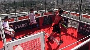 Giocare a calcio sul grattacielo il gol a 152 metri di altezza