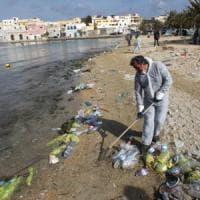 Spiagge pulite, volontari al lavoro in tutta Italia: caccia alla plastica