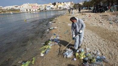 Le nostre spiagge come discariche  Legambiente: 714 rifiuti ogni 100 metri