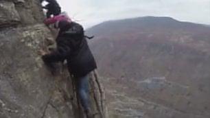 Andare a scuola è un'impresa I ragazzi scalano la montagna